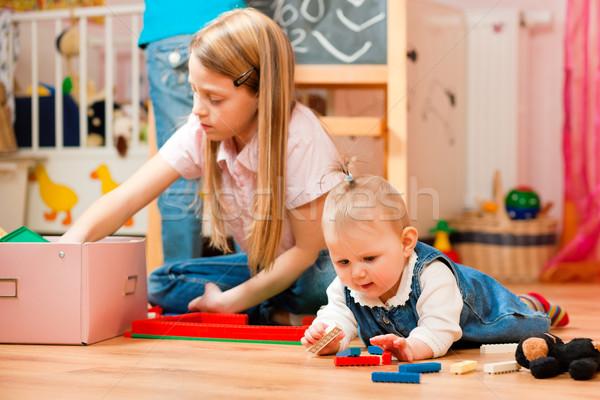 Enfants jouer maison soeurs une enfant Photo stock © Kzenon