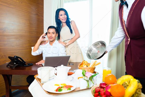 Asiático serviço de quarto garçom quarto de hotel café da manhã Foto stock © Kzenon