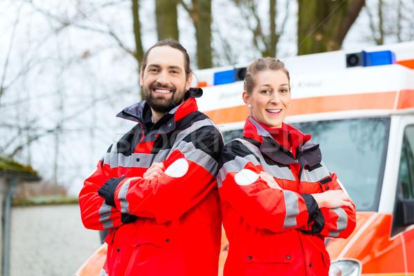 Emergencia médico ambulancia coche enfermera pie Foto stock © Kzenon