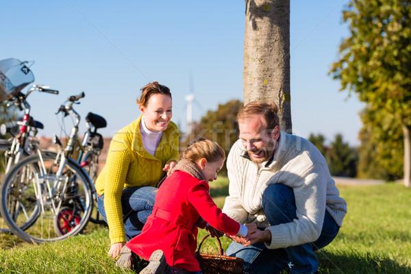 Aile bisiklet yolculuk anne baba Stok fotoğraf © Kzenon