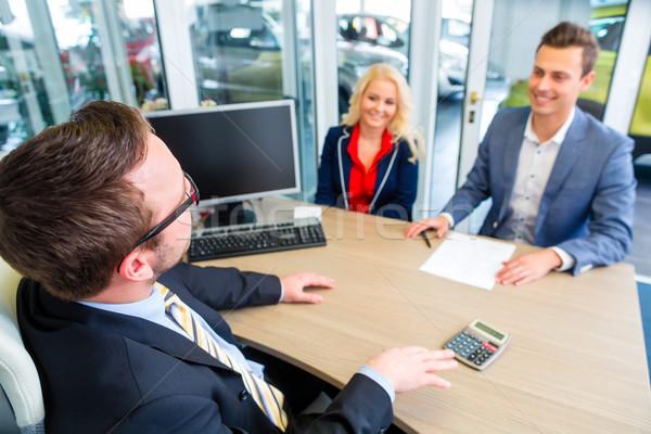 Paar onderhandelen verkoop contact auto kopen Stockfoto © Kzenon