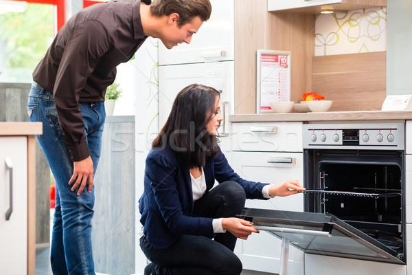 Couple achat domestique cuisine salle d'exposition homme Photo stock © Kzenon