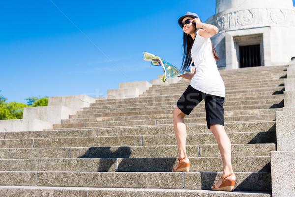 Gelukkig jonge asian toeristische klimmen trap Stockfoto © Kzenon