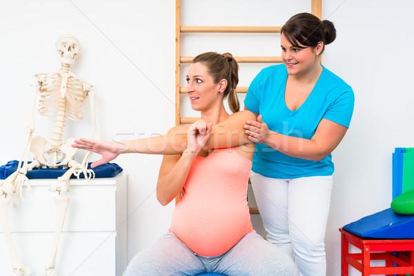 Terhes nő nyújtás terapeuta nő nők fitnessz Stock fotó © Kzenon