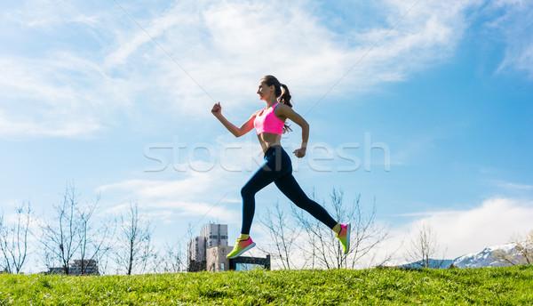 Femme sport courir colline femme de remise en forme ensoleillée Photo stock © Kzenon