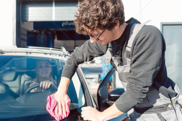 Diligente serviço homem ajuda mulher limpeza Foto stock © Kzenon