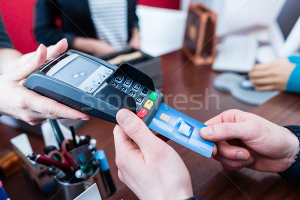Müşteri kredi kartı alışveriş depolamak adam Stok fotoğraf © Kzenon