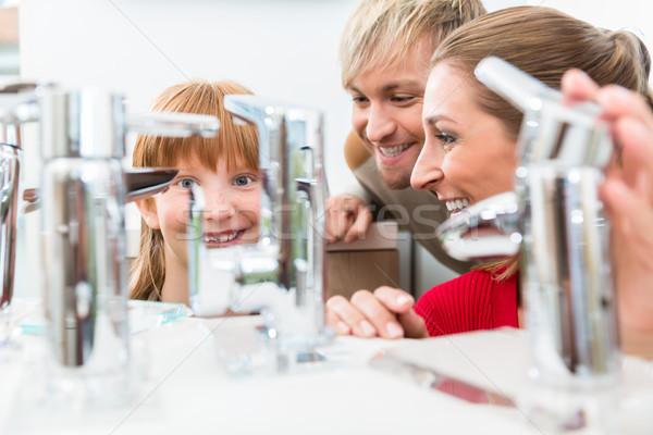Portrait famille heureuse regarder nouvelle salle de bain évier Photo stock © Kzenon