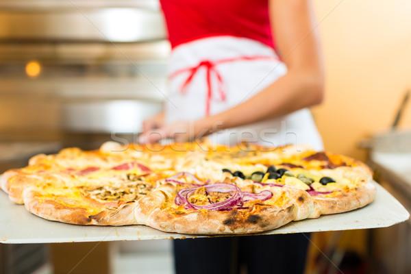 Vrouw voortvarend afgewerkt pizza oven schop Stockfoto © Kzenon