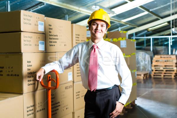 Jeune homme entrepôt gestionnaire costume permanent cases Photo stock © Kzenon