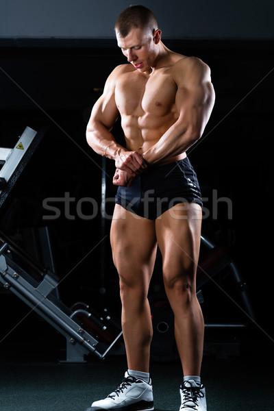 Bodybuilder posiert Fitnessstudio starken Mann Hanteln Stock foto © Kzenon