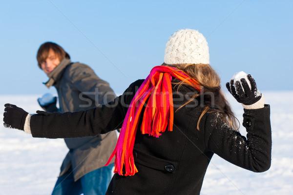 Coppia palla di neve lotta uomo donna inverno Foto d'archivio © Kzenon