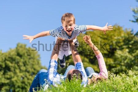 Háton park család kettő gyerekek tó Stock fotó © Kzenon
