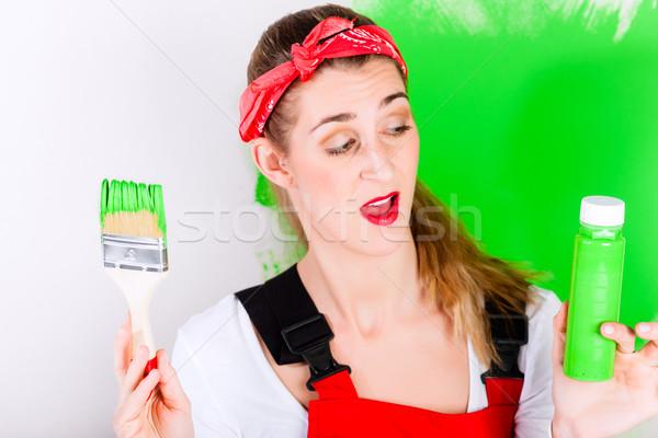 Mulher melhoramento da casa pintura dar para cima parede Foto stock © Kzenon