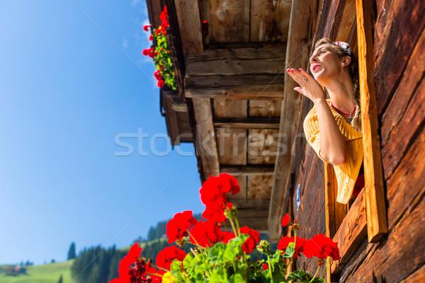 Mujer ventana montana cabaña alpes Foto stock © Kzenon