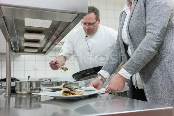 Szolgáltatás pincérnő szakács dolgozik étterem konyha Stock fotó © Kzenon