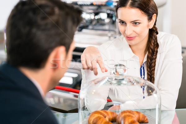 優しい ウエートレス ポインティング フランス語 クロワッサン コーヒー ストックフォト © Kzenon
