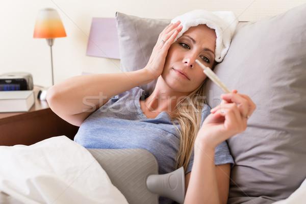 病気 女性 発熱 温度 小さな 計 ストックフォト © Kzenon