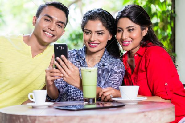 Stockfoto: Indian · meisje · tonen · foto's · telefoon · vrienden