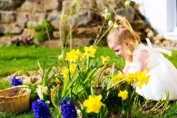 ストックフォト: 少女 · イースターエッグハント · 卵 · 女の子 · 草原 · 春