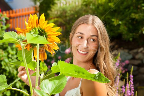 Tuin zomer gelukkig vrouw bloemen tuinieren Stockfoto © Kzenon