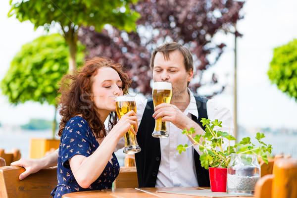 человека женщину питьевой пива саду Паб Сток-фото © Kzenon