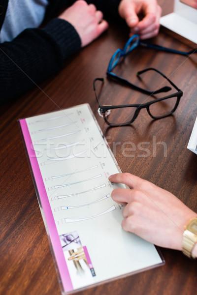 Kadın adam gözlükçü alışveriş fiyat Stok fotoğraf © Kzenon