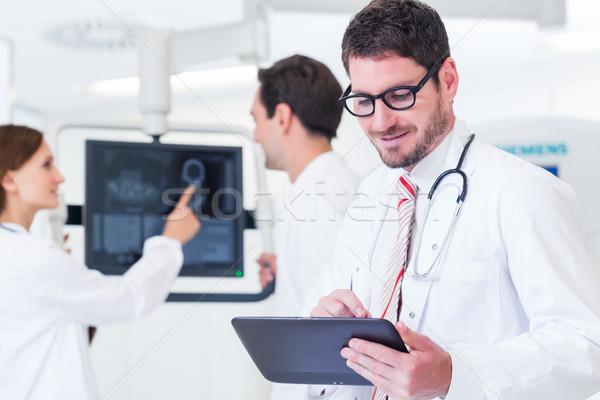 Arts medische team scherm mri machine Stockfoto © Kzenon