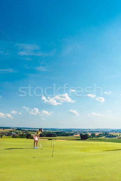 Determinado mulher jovem golfe grama treinamento Foto stock © Kzenon