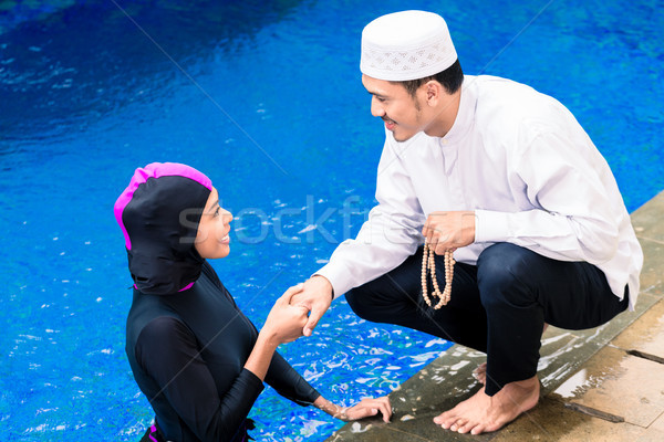 мусульманских женщину бассейна приветствие муж девушки Сток-фото © Kzenon