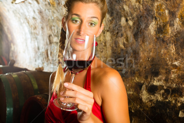 Mulher vidro vinho olhando mão adega Foto stock © Kzenon