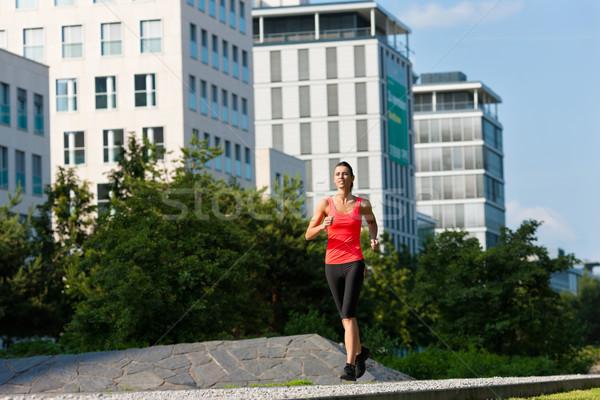 Urbaine sport fitness ville jeune femme jogging Photo stock © Kzenon