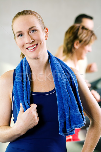 Kort pauze tredmolen mooi meisje training gymnasium Stockfoto © Kzenon