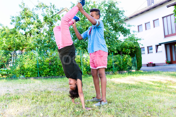 Hermano hermana jugando jardín dos negro Foto stock © Kzenon
