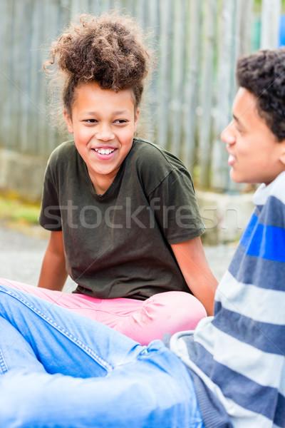 Testvérek ül padló család lány gyerekek Stock fotó © Kzenon