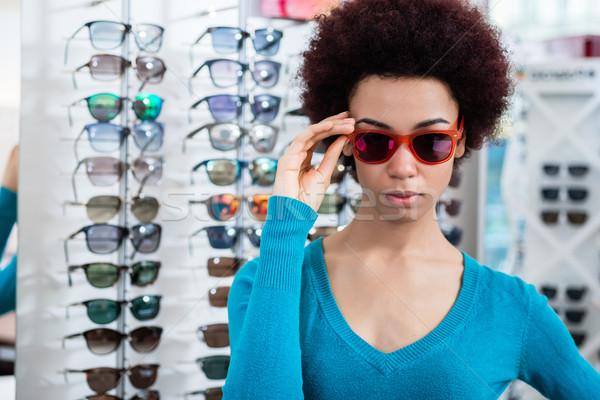 Zwarte vrouw zonnebril opticien winkel kopen Stockfoto © Kzenon