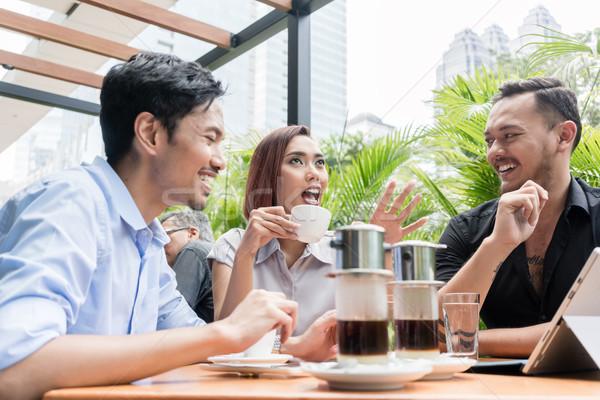 コーヒー 務め 表 3  友達 屋外 ストックフォト © Kzenon