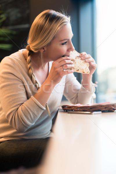 Nő eszik szendvics vonat elvesz falat Stock fotó © Kzenon