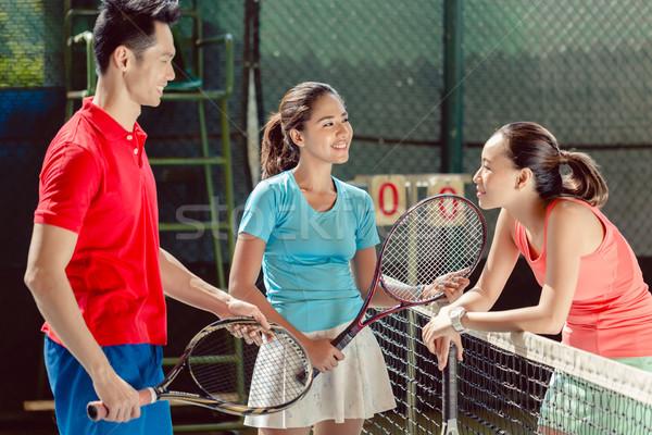 Drie jonge vrolijk spelers praten spelen Stockfoto © Kzenon