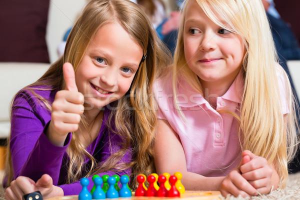 Stockfoto: Familie · spelen · bordspel · home · twee · zusters