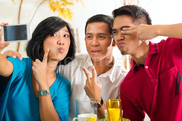 Stock fotó: ázsiai · barátok · elvesz · képek · mobiltelefon · két · férfi