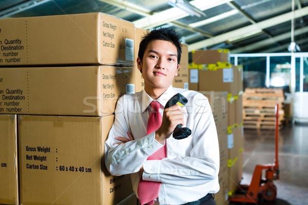 Jonge man magazijn scanner pak streepjescode werk Stockfoto © Kzenon