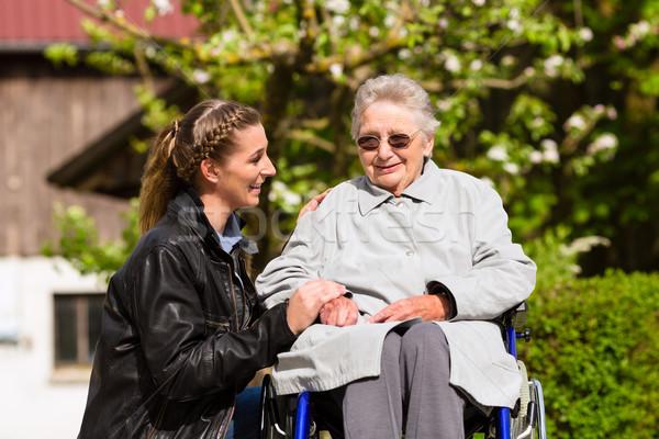 Femme grand-mère maison de retraite jeune femme famille amour Photo stock © Kzenon