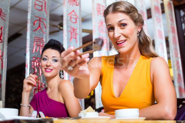 Jeunes manger sushis Asie restaurant femme Photo stock © Kzenon