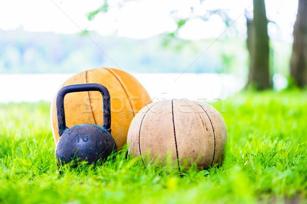 ストックフォト: 訓練 · 草 · ボール · ケトルベル