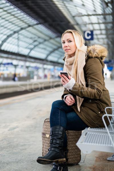 Mujer estación de ferrocarril espera banco ciudad Foto stock © Kzenon