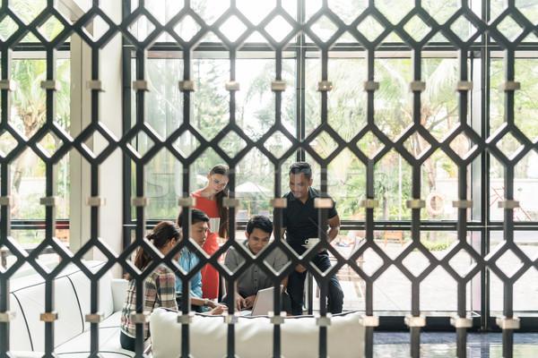 Csoport alkalmazottak iszik kávé társalgó multinacionális Stock fotó © Kzenon