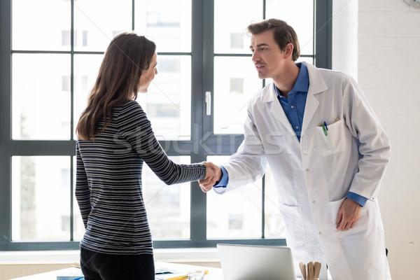 Güvenilir doktor kadın hasta el sıkışmak danışma Stok fotoğraf © Kzenon