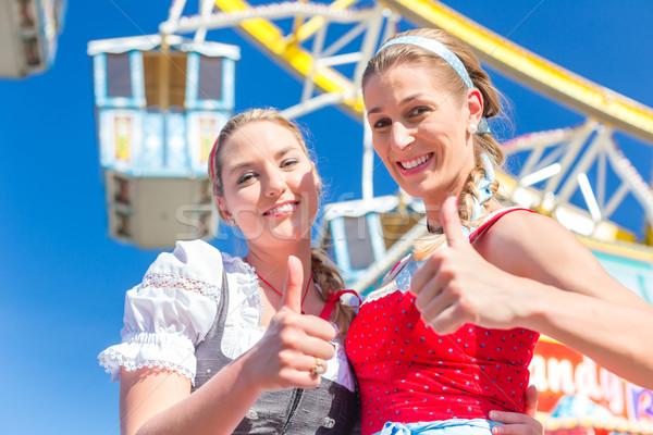Amigos juntos feira traje mulheres Foto stock © Kzenon