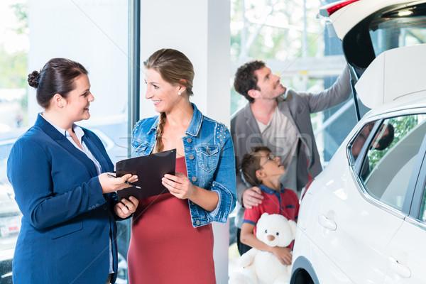 Famille achat nouvelle voiture Auto revendeur salle d'exposition Photo stock © Kzenon
